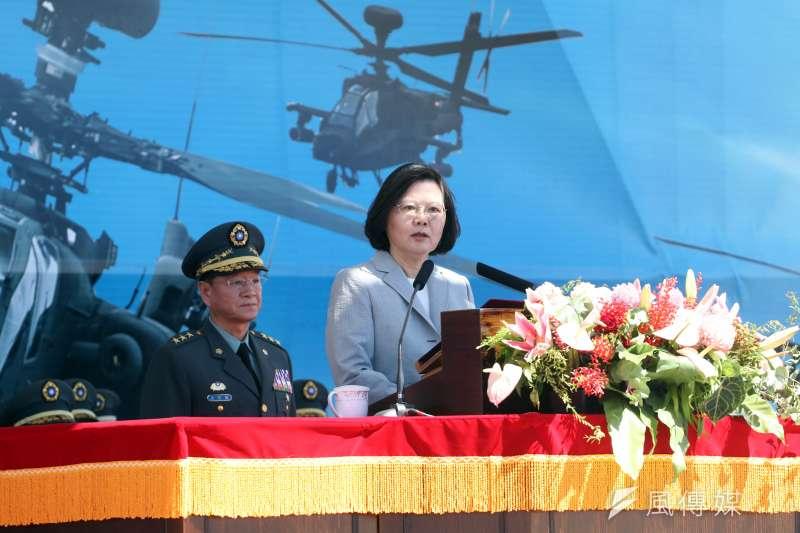 國軍AH-64E阿帕契攻擊直升機17日在龍潭舉辦成軍典禮,總統蔡英文到場致詞。(蘇仲泓攝)