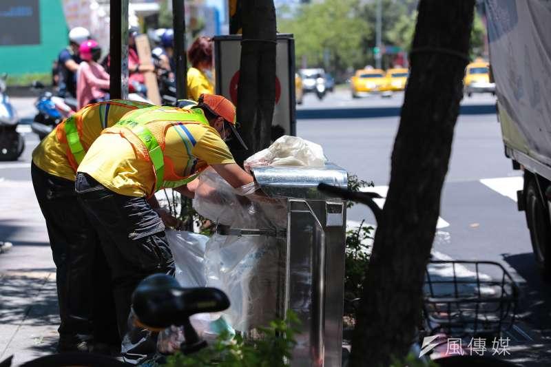 針對基隆市環保局企業工會提出之訴訟,法院17日判決出爐,指清潔隊員屬於私法上的雇傭關係,因此適用《勞基法》範圍,要求環保局給付546萬元。示意圖。(資料照,顏麟宇攝)