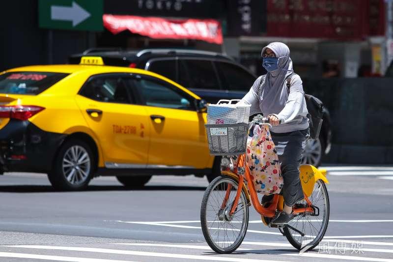 20180717-台北市高溫天熱配圖,騎乘Ubike民眾將自己全身包的緊緊的,只剩眼睛露出來。(顏麟宇攝)