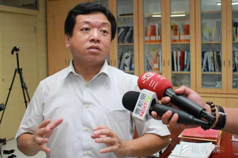 台北市社會局長許立民因借調期滿,將在本月底離職,8月回台大醫院任職 。(方炳超攝)