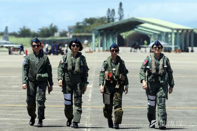 空軍今(18)天上午在台東志航基地,邀請媒體採訪三型主力戰機的首批女性飛行員。(蘇仲泓攝)