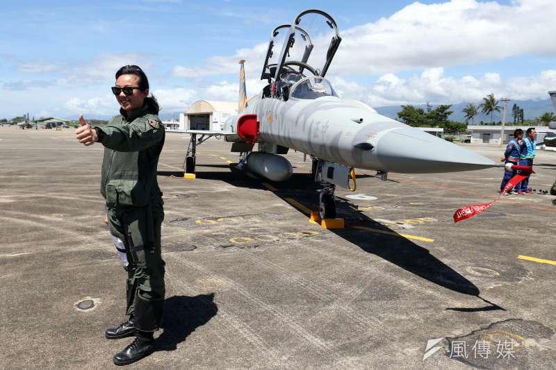20180718-空軍今(18)天上午在台東志航基地,邀請媒體採訪三型主力戰機的首批女性飛行員。圖為目前正進行換訓的郭馨儀。(蘇仲泓攝)