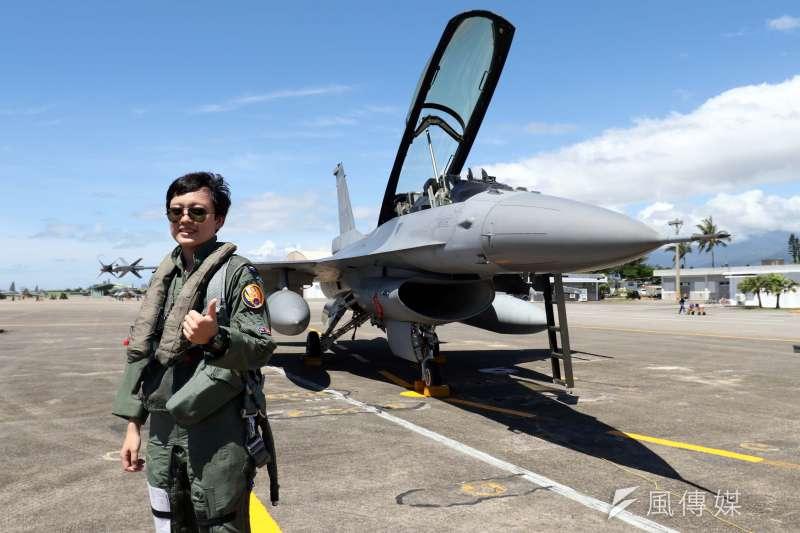 20180718-空軍今(18)天上午在台東志航基地,邀請媒體採訪三型主力戰機的首批女性飛行員。圖為擔任F-16戰機飛官的蔣惠宇。(蘇仲泓攝)