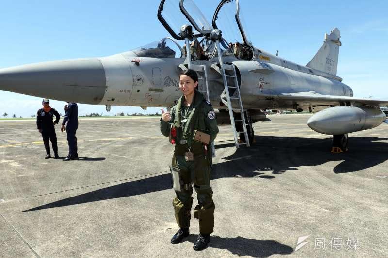 20180718-空軍今(18)天上午在台東志航基地,邀請媒體採訪三型主力戰機的首批女性飛行員。圖為擔任幻象2000戰機飛官的蔣青樺。(蘇仲泓攝)