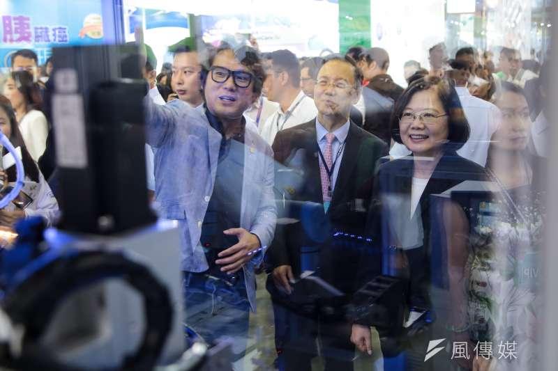 蔡英文總統誇示經濟成績根本破功。圖為蔡英文出席「2018台灣生技月暨生技大展」開幕式,並參觀會場展區。(顏麟宇攝)
