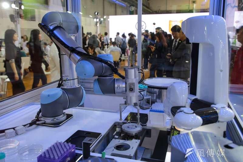 20180719-台北南港展覽館19日舉行「2018台灣生技月暨生技大展」,圖為自動化機械處理手臂。(顏麟宇攝)