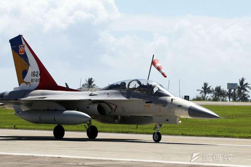 空軍台南基地第一聯隊一架IDF戰機(編號1503)今(21)日上午8時許執行例行訓練後,在返場的過程中,左主輪爆胎,造成飛機偏離跑道。(資料照,蘇仲泓攝)