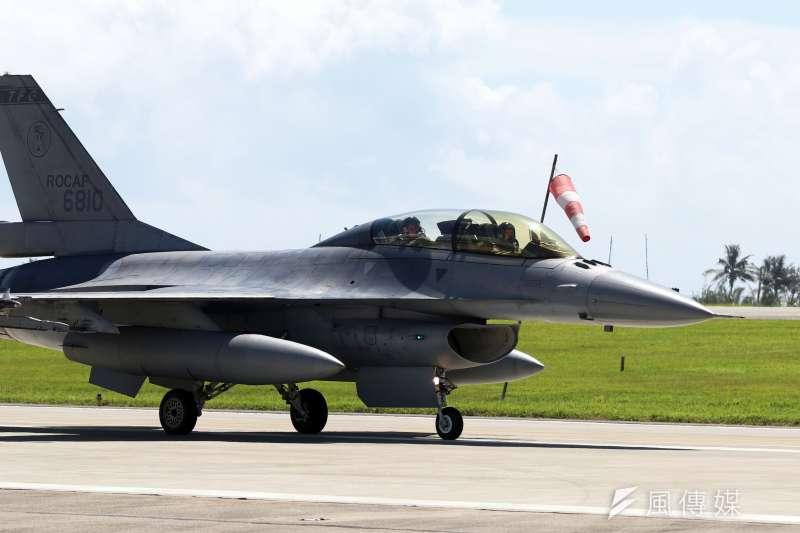 美國國務院已批准對台軍售,並將全案送交國會,軍售項目包括F-16戰機在內等型機零、附件以及後勤維修等,總價值達102億元新台幣。圖為空軍F-16戰機。(資料照,蘇仲泓攝)