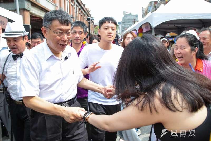 20180722-台北市長柯文哲22日出席「戀念大稻埕 City Play」記者會,受到民眾熱烈歡迎爭相握手。(顏麟宇攝)