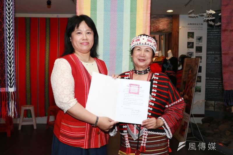 游秋蘭女士(右)將其所創作的織布作品「彩虹下的小米田」贈予新北市政府原住民族行政局,做為泰雅博物館的藏品,由局長楊馨怡(左)代表接受。(圖/李梅瑛攝)