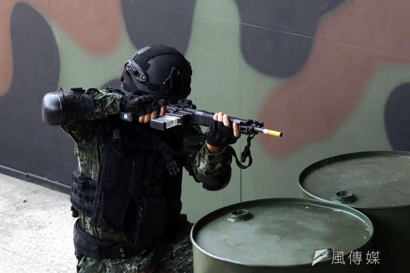 20180724_憲兵部隊開始使用的內紅點瞄準鏡,在操演中正式曝光。(蘇仲泓攝)