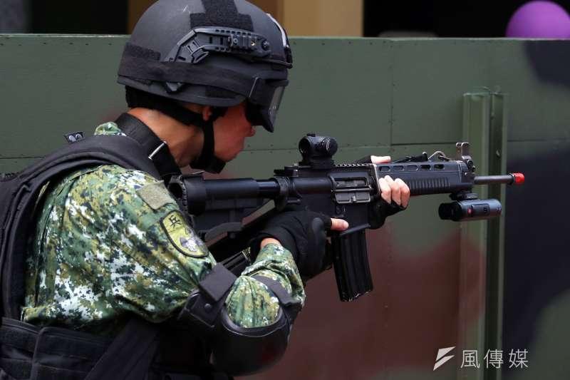憲兵部隊開始使用的內紅點瞄準鏡,在操演中正式曝光。(蘇仲泓攝)