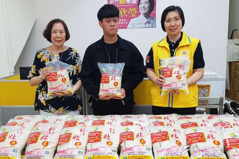 捐贈一萬公斤白米的善心人士楊侍叡(中)感謝徐欣瑩透過助理與地方人脈將這些白米送給有需要的人。(圖/方詠騰攝)
