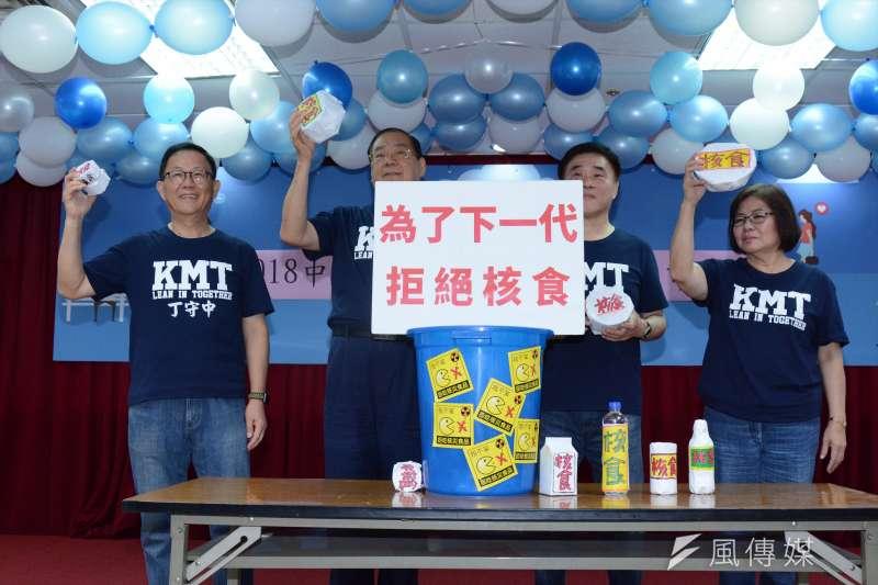 國民黨3項公投達標,圖為國民黨副主席郝龍斌、台北市長參選人丁守中共同簽署反核食公投連署。(龍德成攝)