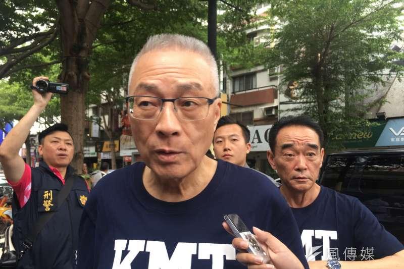 國民黨主席吳敦義25日下午赴台中召開國民黨行動中常會,他一聽聞記者提及「林為洲」3個字,臉色立刻大變,以「沒聽說」、「不知道」推辭,轉頭就走。(周怡孜攝)