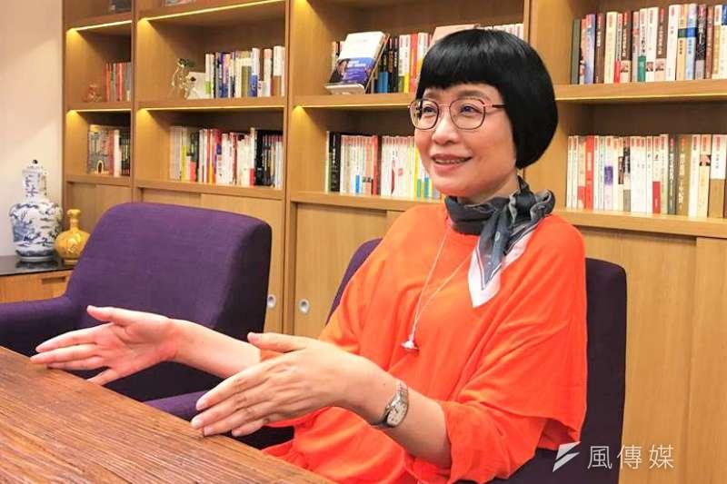 有感於人在中年遇到的重大變故,知名作家張曼娟寫下「給所有中年人的情書」。(圖/鐘敏瑜攝)