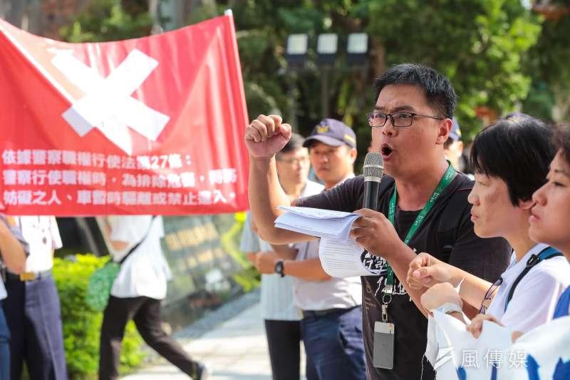 20180725-台灣人權促進會施逸翔及外籍漁工人權保障聯盟25日召開「呼籲政府檢視法規漏洞,杜絕人口販運」記者會,遭警方舉牌警告。(顏麟宇攝)