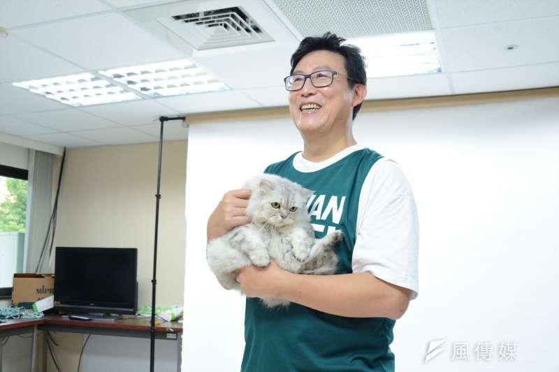 民進黨台北市長參選人姚文智帶著愛貓一起拍攝定裝照,却引發貓迷之怒(龍德成攝)