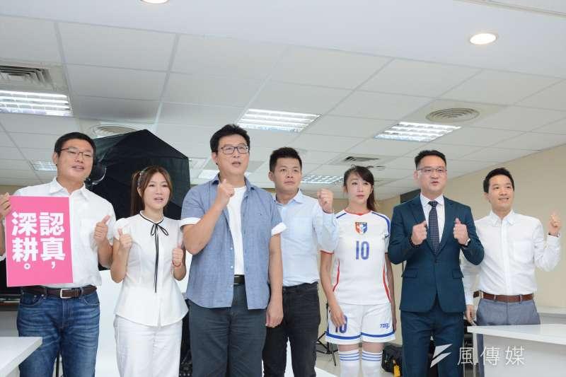 台北市長參選人姚文智(左3),與黨籍市議員、市議員參選人合拍定裝照。(龍德成攝)