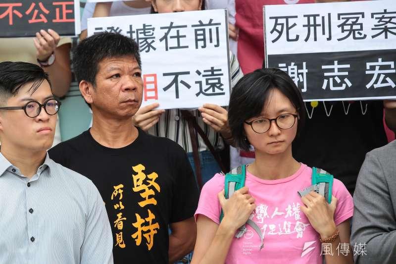 台灣高等法院台中分院今(30)日裁定,日前由死囚身分改為被判無罪的鄭性澤(左二),依再審程序裁判無罪確定前曾受羈押4322日,因此准予刑事補償1728萬8000元。(資料照,顏麟宇攝)