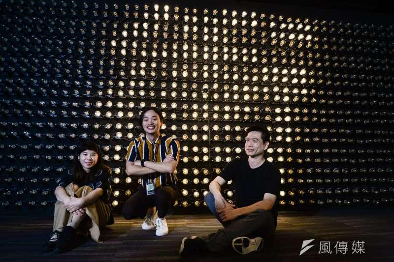20180727-蘇貞昌辦公室設計團隊專訪,團隊成員在燈泡牆前合影。(甘岱民攝)