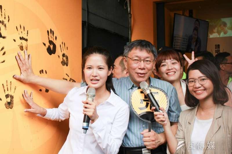 時代力量北市中山大同區議員參選人林亮君(左一)2競選總部開幕,台北市長柯文哲(左二)親自到場站台。(方炳超攝)