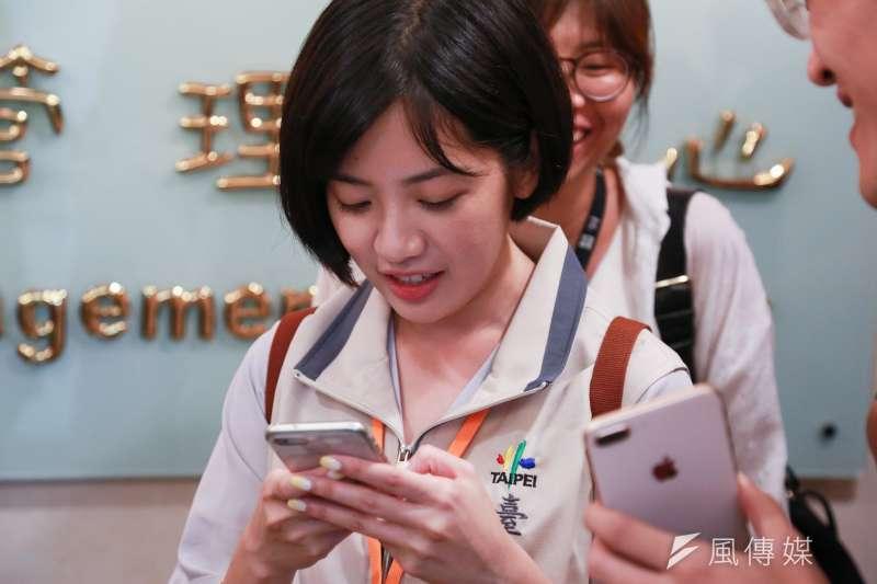 柯文哲幕僚「學姊」黃瀞瑩換了新髮型,頭髮長度明顯短了。(簡必丞攝)