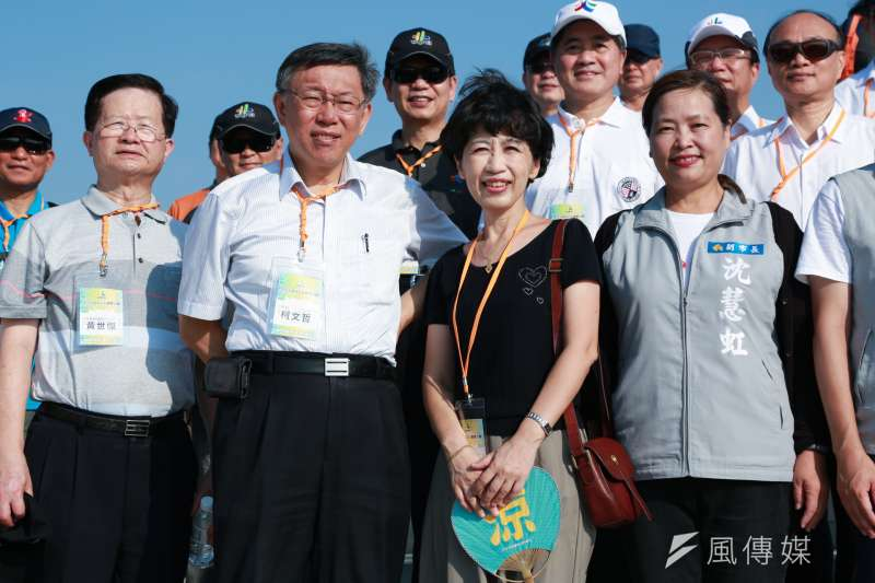 20180729-台北市長柯文哲(左二)以及市長夫人陳佩琪(右二)與新竹市副市長沈慧虹(右一)於漁人碼頭合影。(簡必丞攝)