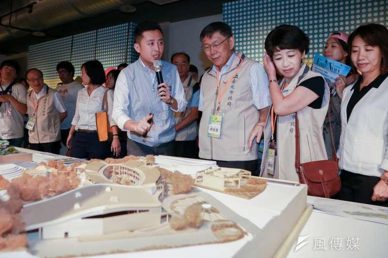 20180729-新竹市長林智堅(左)為台北市長柯文哲(中)與市長夫人陳佩琪(右)導覽新竹文創館。(簡必丞攝)