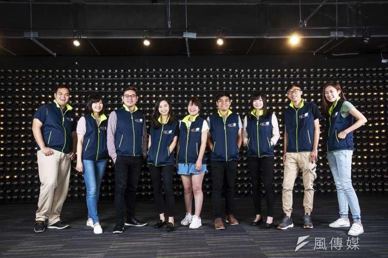 蘇貞昌競選團隊背心採取雙面設計,一面以深紫藍色作為底色,在左胸口印上白色的「衝」字,同時橘色印上「新新北」。(蘇貞昌辦公室提供)