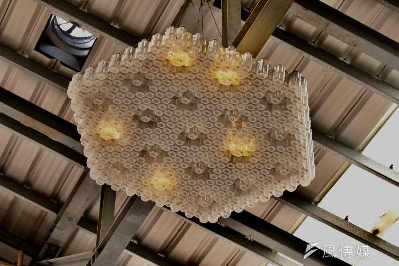 20180731-環保署舉辦「循環再生-回收基金20年特展」 ,舉辦場館花博流行館內使用保特瓶將光聚集當成燈泡,能達到省電的效果。(陳韡誌攝)