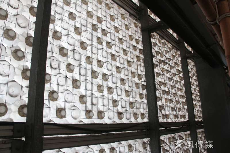 20180731-環保署舉辦「循環再生-回收基金20年特展」 ,舉辦場館花博流行館內使用保特瓶做成牆壁,保特瓶透光的效果能使室內亮度提高並減少開燈次數。(陳韡誌攝)