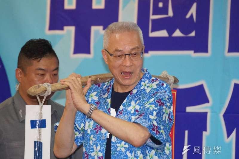 國民黨舉行新竹縣行動中常會,主席吳敦義將選舉重擔傳承給徵召參選的楊文科。(盧逸峰攝)