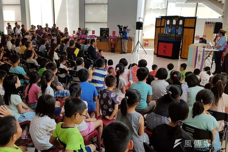 「全國布袋戲偶文創藝展」1日在新竹市文化局演藝廳盛大登場,吸引滿場大小民眾踴躍參觀。(圖/方詠騰攝).