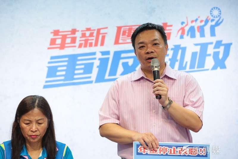 國民黨台南市長參選人高思博1日召開「年金停止改惡!」記者會,他表示,年底當選巿長,他將替台南的退休軍公教警消人員,以集體訴訟方式,討回應有公道。(顏麟宇攝)