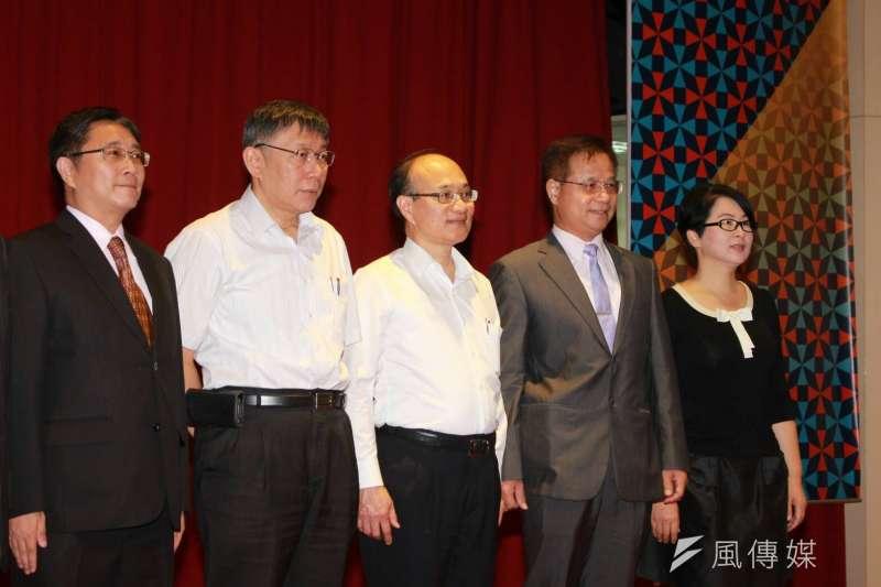 台北市教育局長曾燦金(左三)與台北市長柯文哲(左二)1日共同出席活動,針對媒體詢問「要求新北基隆辦好一點」是脫口而出嗎?曾燦金解釋,其實縣市之間是各有特色,很難說好壞、誰比誰好。(方炳超攝)