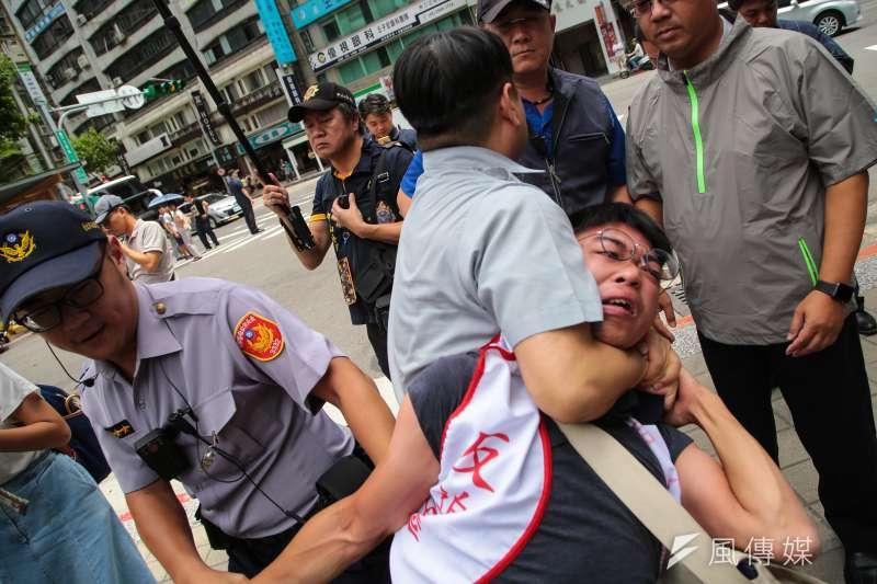 8月2日台灣土地正義行動聯盟等團體召開土地迫遷記者會,遭優勢警力勒脖驅離。(資料照,顏麟宇攝)