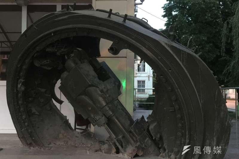 南奧塞梯亞首都茨辛瓦利保留戰時的坦克遺骸(簡恒宇攝)