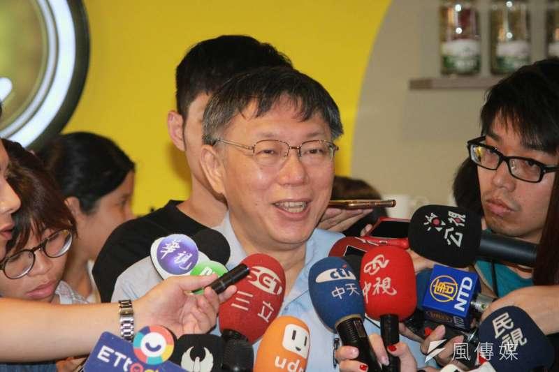 網路媒體《美麗島電子報》今(2)日公布最新國政民調,台北市長柯文哲的信任度從7月的48.9%回升到55.3%,不信任度則從30.3%降至24.3%,遙遙領先其他朝野政治領袖。(方炳超攝)