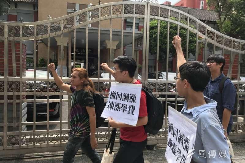20180802-反教育商品化聯盟成員由教育部前出發至監察院。(吳尚軒攝)