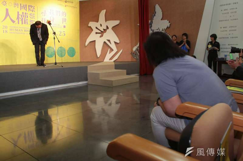 20180803-海軍司令黃曙光上將3日出席2018臺灣國際人權影展開幕首映會,並於現場向黃媽媽鞠躬道歉。(顏麟宇攝)