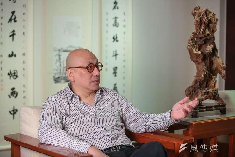 宋緒康的台北住所和他本人一樣,有股老派優雅,一屋子的家具全是仿古,牆上還掛著幾幅水墨字畫,周圍擺放了他的收藏古物,儼然是一座時光博物館。(顏麟宇攝)