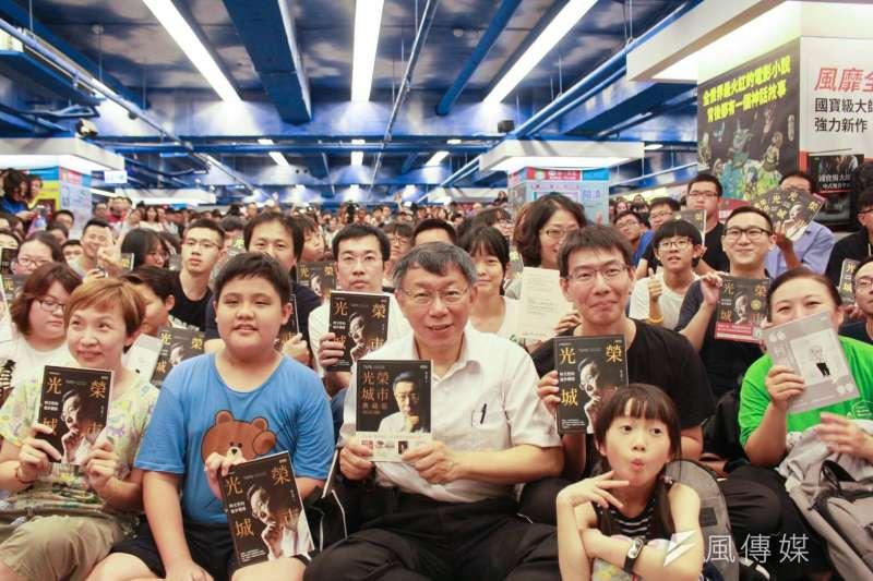 台北市長柯文哲聲勢居高不下,有人說是因為柯P網軍厲害。圖為柯文哲《光榮城市》簽書會現場水洩不通。(方炳超攝)