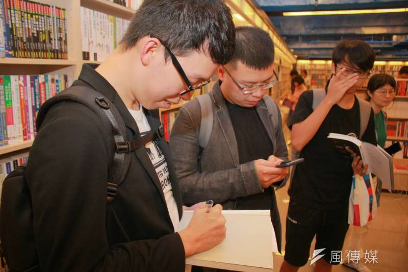 20180804-台北市長柯文哲4日南下台南,舉辦《光榮城市》簽書會,幕僚柯昱安也在一旁被民眾要求簽名。(方炳超攝)
