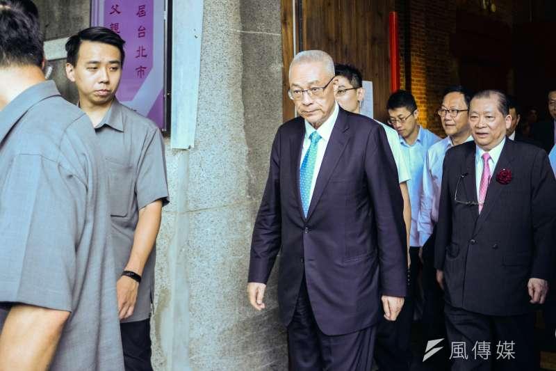 第九屆台北市各界模範父親表揚大會,國民黨主席吳敦義步出會場。(甘岱民攝)