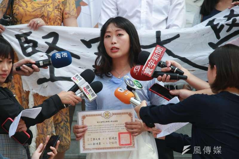 20180806-大學自主聯盟於台北高等行政法院門口短講,大學自主聯盟發言人林汶郁到場表達訴求。(簡必丞攝)