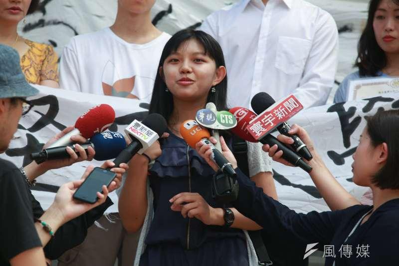 20180806-大學自主聯盟於台北高等行政法院門口短講,台灣大學社會科學院學生代表謝馥暄到場表達訴求。(簡必丞攝)