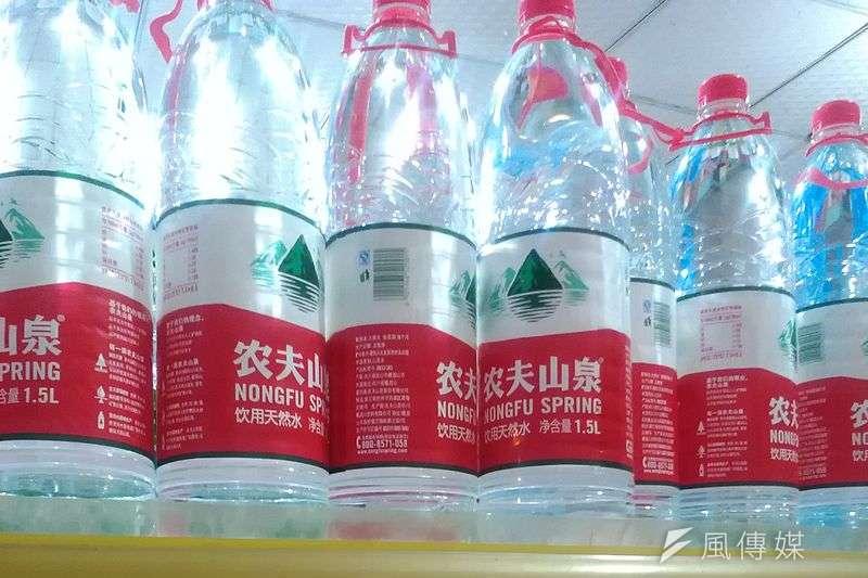中國瓶裝水龍頭「農夫山泉」在港股風光上市,掛牌首日股價飆漲。(取自WhisperToMe@Wikipedia)