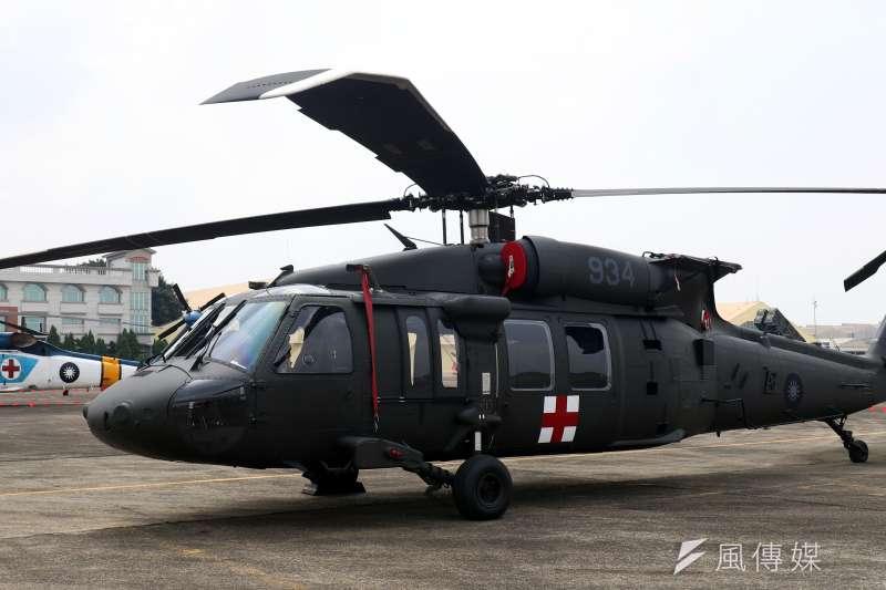 空軍救護隊已開始接裝UH-60M直升機(右),並與原先使用的S-70C直升機及EC-225直升機一同展示。(蘇仲泓攝)