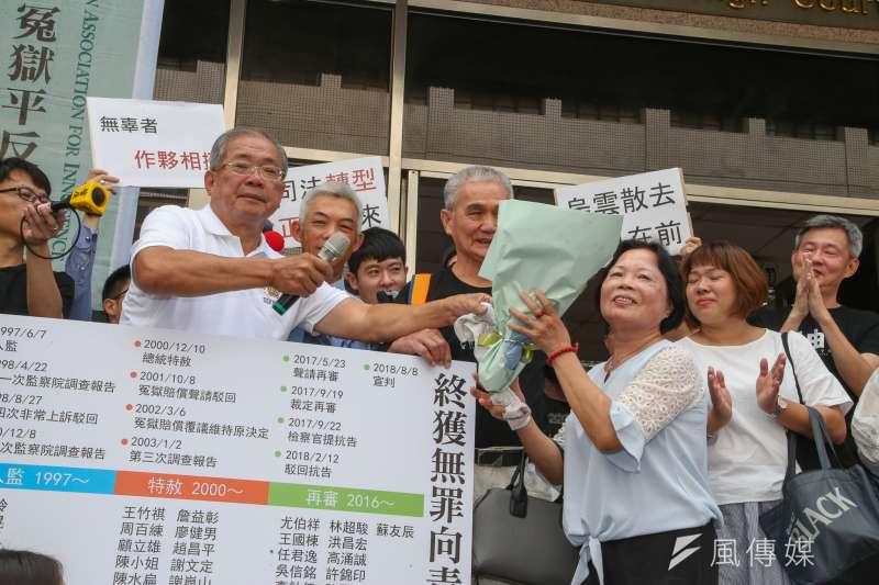 蘇炳坤(前左)被控搶銀樓遭判刑定讞,案經再審,高等法院於2018年8月宣判無罪定讞。(資料照,陳明仁攝)